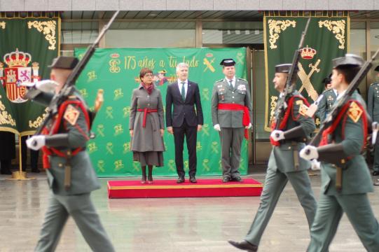 El acto se cierra con el desfile de los guardias frente a las autoridades
