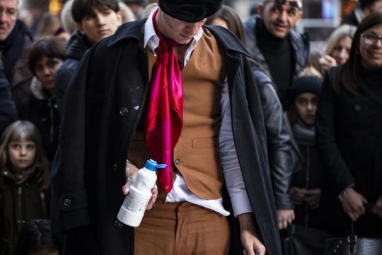 Achille Lauro con un abbigliamento stile dandy, da vero pittore d'epoca. Foto ufficiali