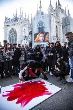 Achille Lauro in Piazza Duomo a Milano in veste di artista di strada, sotto lo sguardo ignaro dei passanti. Foto ufficiali.