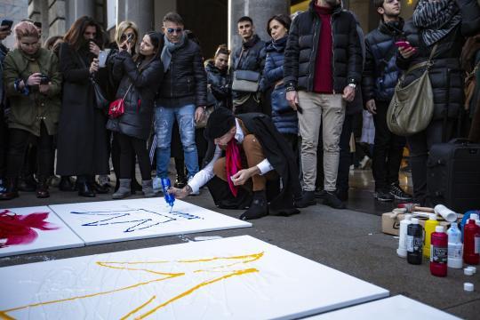 Achille Lauro tra tele e tempere in Piazza Duomo a Milano. Foto ufficiali