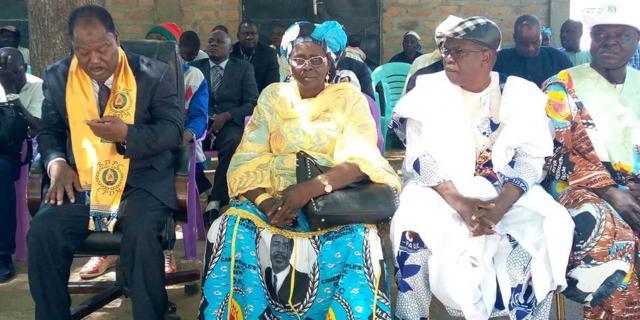 Madame Silikam Isabelle entourée des deux autres candidats aux députations (c) Odile Pahai