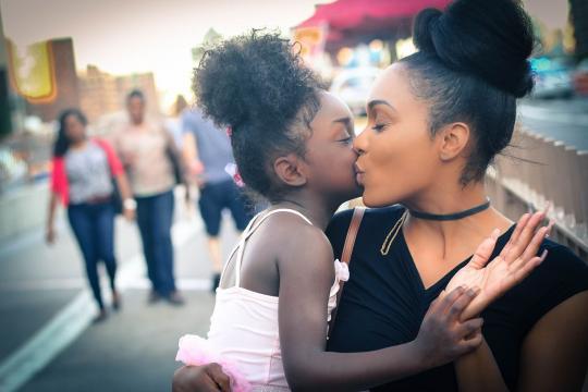 Los besos estrechan lazos famniliares