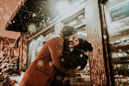 Los besos y abrazos producen reacciones en cadena
