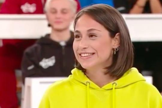 Giulia Molino riceve la maglia verde del serale di Amici 19
