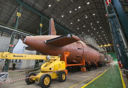 El submarino en secciones antes de ser ensambladas, cierre del casco