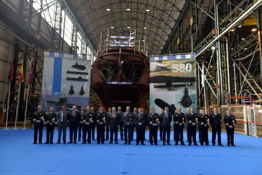 Las autoridades posan frente al casco ensamblado del submarino