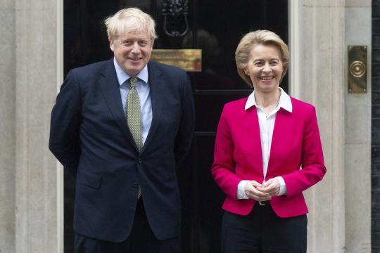 Boris Johnson, primer ministro de Reino Unido y Úrsula von der Leyen, presidenta de la Comisión Europea.
