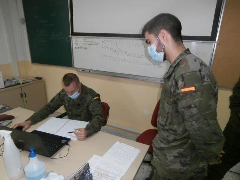 El teniente jefe de la sección supervisa el trabajo de su sargento