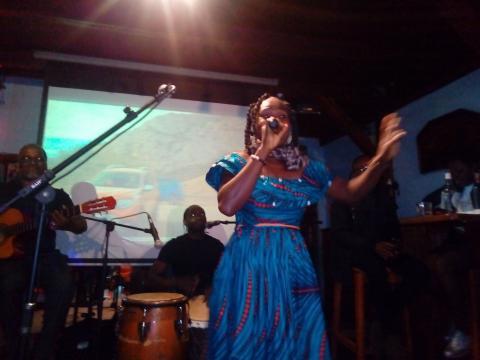 L'artiste musicienne camerounaise Biglad à la présentation de son album 'Toudoux' (c) Odile Pahai