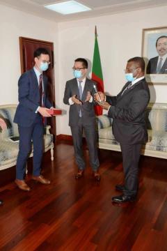 Cadeau spécial remi au Premier ministre Chef du Gouvernement Cheif Dr Joseph Dion Ngute (c) Huawei Cameroun