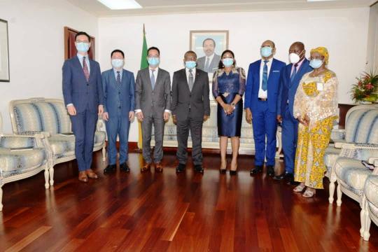 Photo de famille entre Huawei Cameroun et le premier ministre Chief Dr Joseph dion Ngute (c) huawei Cameroun