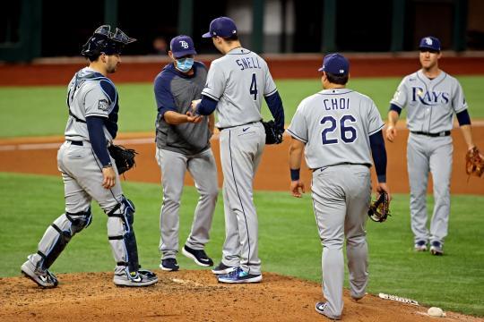 Kevin Cash le regaló el juego 6 a los Dodgers.