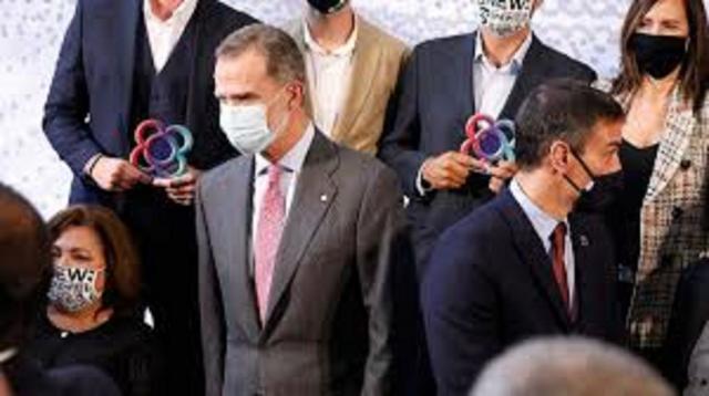 El Rey y Pedro Sanchez con los premiados del BNEW, las protestas por su presencia fueron menores a lo esperado