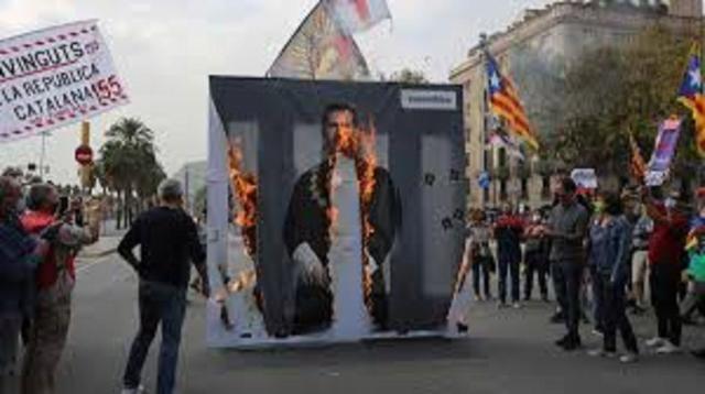 En las manifestaciones se quemaron retratos de Felipe VI