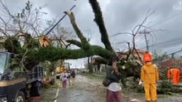 Super typhoon Goni causes heavy floods in several Philippine provinces. [Image source/Guardian News YouTube video]