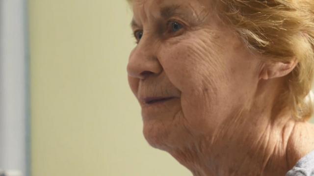 Margaret Keenan è entrata nella storia per essere la prima persona al mondo a cui è stato somministrato il vaccino anti Covid Pfizer.