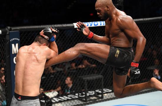 Jones cerró mejor la pelea y eso sedujo a los jueces. - the-sun.com