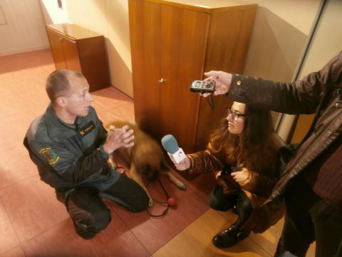 Un guardia guia explica a los periodistas el procedimiento a seguir en una búsqueda con perros