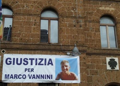 All'esterno delle aule del tribunale erano in molti a festeggiare la decisione di un nuovo procedimento giudiziario: Giustizia per Marco Vannini