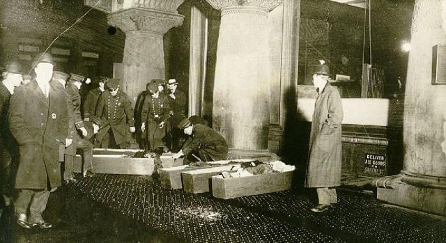 Cajones con los cuerpos de mujeres muertas en el incendio de la fábrica textil del 25 de marzo de 1911. (Foto de la Policía de Nueva York)
