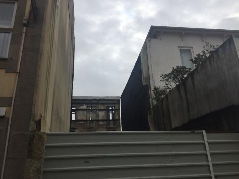 Casa oitocentista destruída, com frontispício para o forte de São João Baptista da Foz e traseiras para a rua do Padre Luís Cabral.