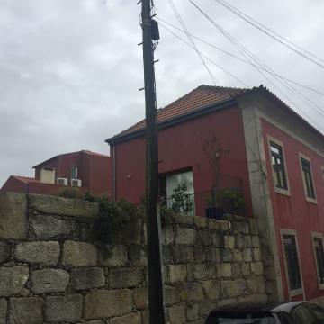 Casa oitocentista recuperada, na rua Miguel de Sousa Guedes, com vista para acrescentos de casa sem chaminé adequada e solução para ventiladores.