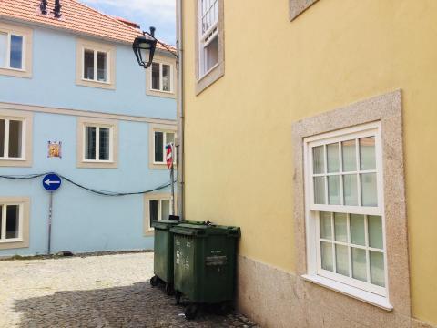 Casas recuperadas na rua da Cerca (com ruas do Padre Luís Cabral e Senhora da Luz), sem solução para cabos eléctricos e lixo.