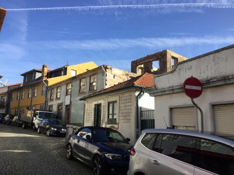 Conjunto de casas esventradas, na rua do Padre Luís Cabral, precisamente junto à casa ocre onde o religioso nasceu e viveu sem a indicação.