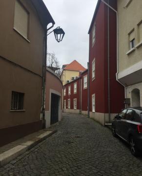 Conjunto de casas recuperadas e reabilitadas, na rua da Senhora da Luz (com a rua da Cerca), sem solução para ventiladores à vista.