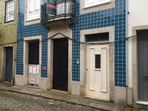 Pormenores de casa reconstruída na rua do Padre Luís Cabral, com fachada algo respeitada e sem solução para cabos eléctricos.