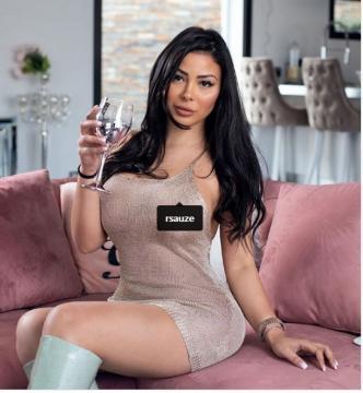 Maeva Ghennam moule son corps dans une robe très sexy