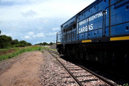 Imagen de un tren de cargas que recorre la región noroeste de la Argentina.