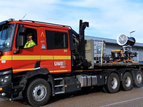Camión de la UME con equipo difusor. La desinfección es una tarea principal de las FAS en esta misión