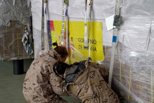 Militares del Ejercito del Aire aseguran uno de los envíos de ayuda