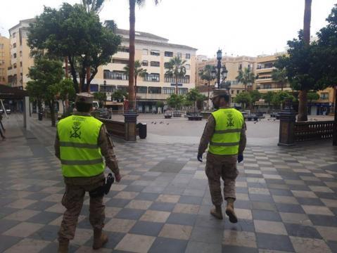 Patrulla de seguridad de la Infantería de Marina en un parque andaluz