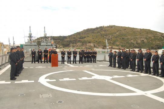 El jefe de Acción Marítima de Cartagena se dirige a la tripulación del