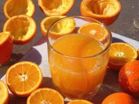 El jugo de naranja debe tomarse diariamente, recién exprimido y sin azúcar blanca añadida. - blogspot.com