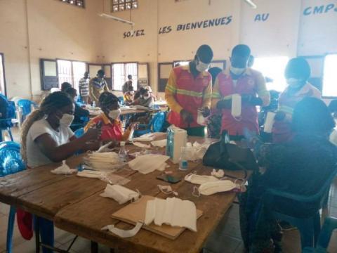 Le CMPJ de Yaoundé accueillant divers contributeurs à la fabrication de masques (c) Minjec