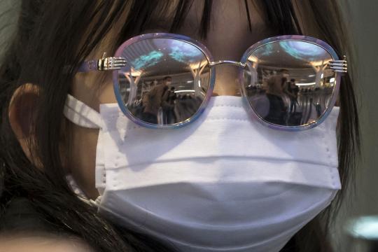 Mujer con tapabocas en aeropuerto - cnn.com