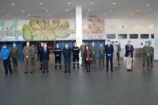 Autoridades civiles, sanitarios y militares forman para la foto de grupo del homenaje