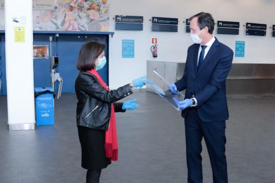 El director del IFEMA entrega un presente a la ministra en reconocimiento al papel de las FAS en esta crisis