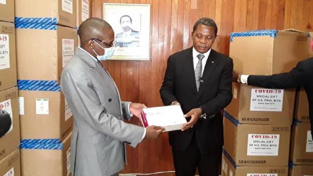 Remise par le Minat des 5000 tests rapides au Ministre de la Santé Malachie Manaouda (c) Minat