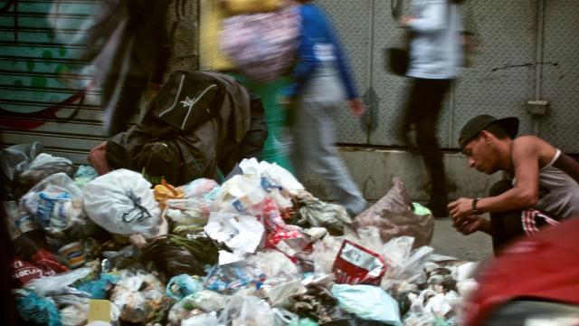 Comer basura: el último recurso de los venezolanos para no morir de hambre. - infobae.com