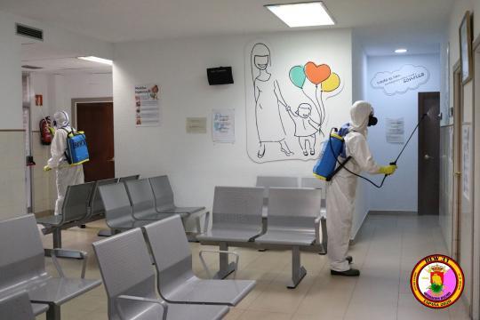 Efectivo del REW 31 desinfecta una planta materno infantil de una de las clínicas desinfectadas.