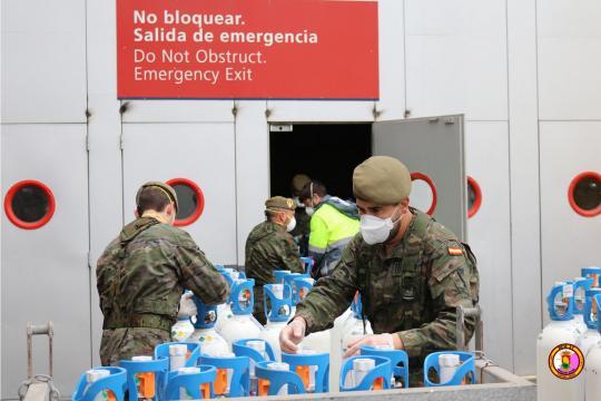 Soldados aportan botellas de oxígeno en una de las acciones logísticas de la Operación Balmis.