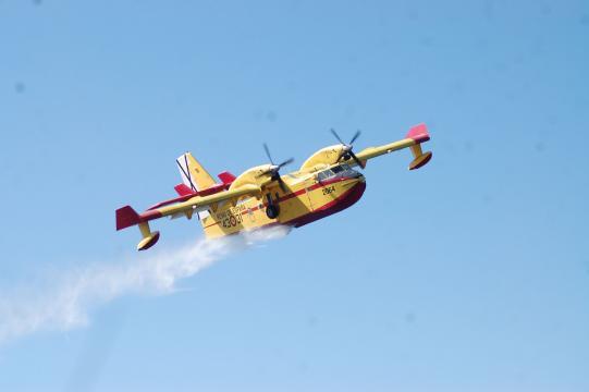 Canadair en una descarga, las misiones se adaptarán a las precauciones contra la pandemia.
