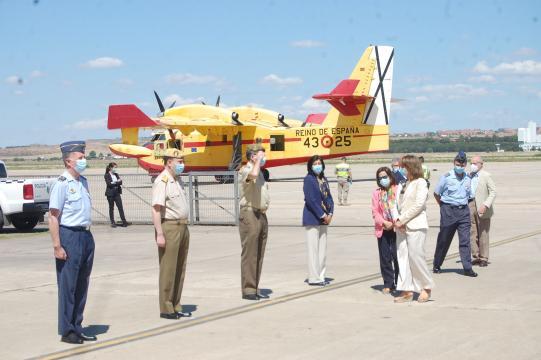 Las ministras de transición ecológica y defensa reciben el saludo de las autoridades en la presentación de la campaña antiincendios.