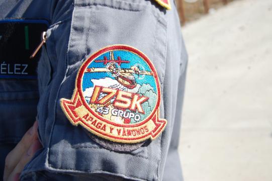 Un piloto de Canadair muestra la insignia de su unidad.