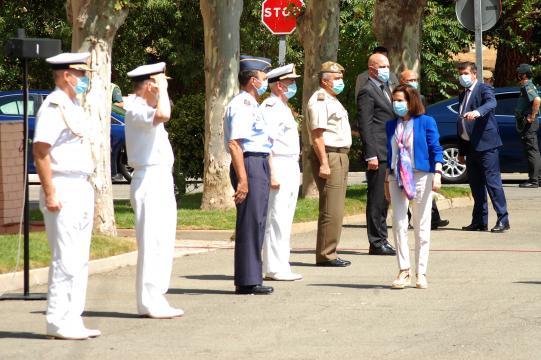 Cierre de la Operación Balmis. Los mandos de los tres ejércitos saludan a la ministra a su llegada a la ceremonia
