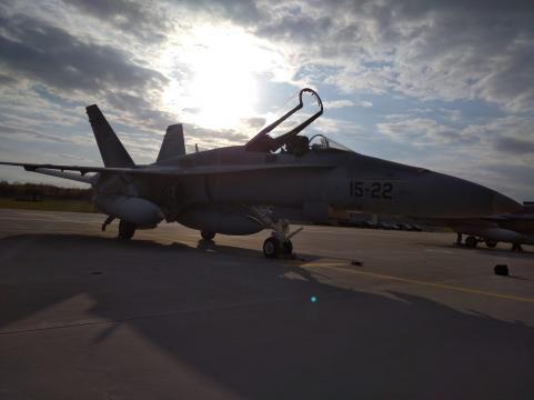 Atardecer en Siaulai los F-18 mantienen la vigilancia en su misión
